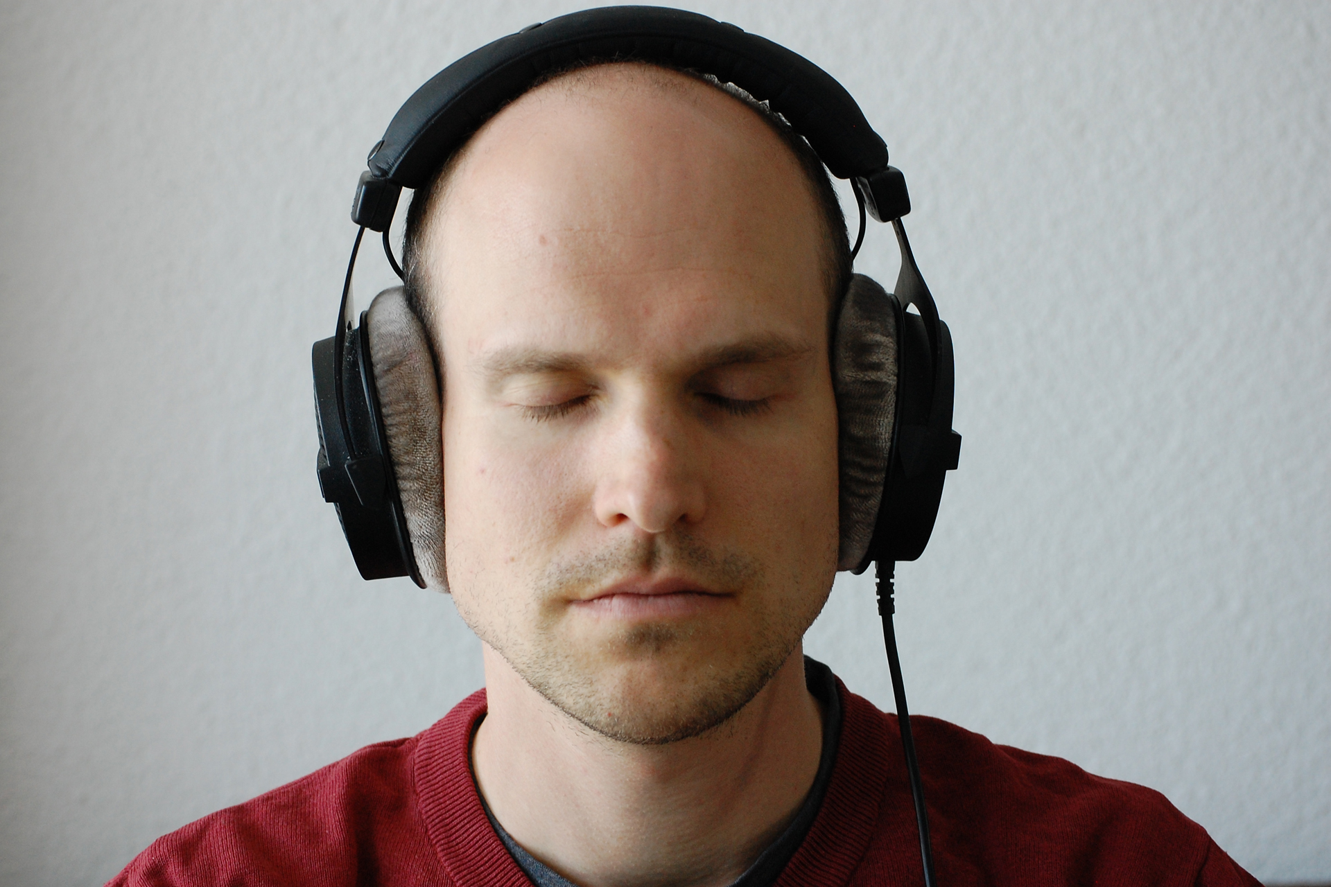 Dominik mit Kopfhörern